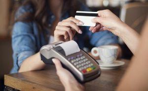 mujer pagando con una tarjeta bancaria