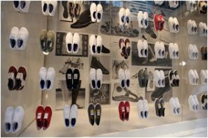 zapatos en demostración dentro de una vitrina