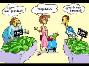 mujer comparando productos al comprar