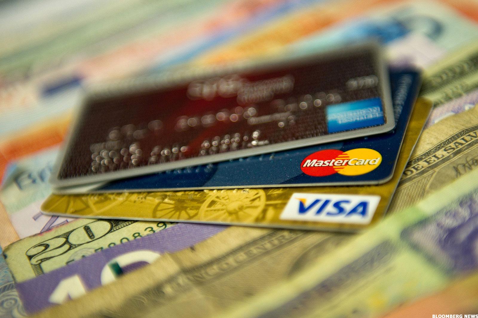 tarjetas bancarias sobre billetes varios