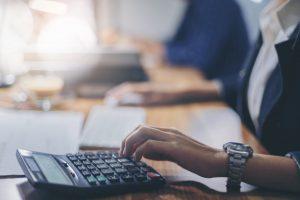 mujer usando una calculadora