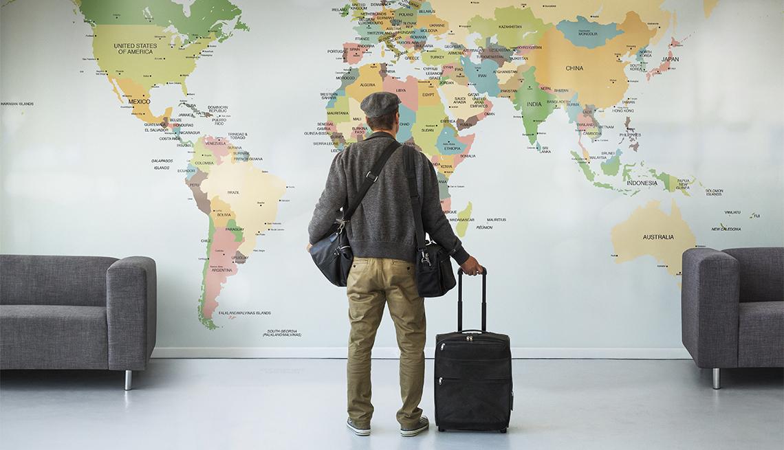 hombre planeando viaje