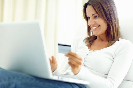 mujer comprando con tarjeta de crédito Rewards