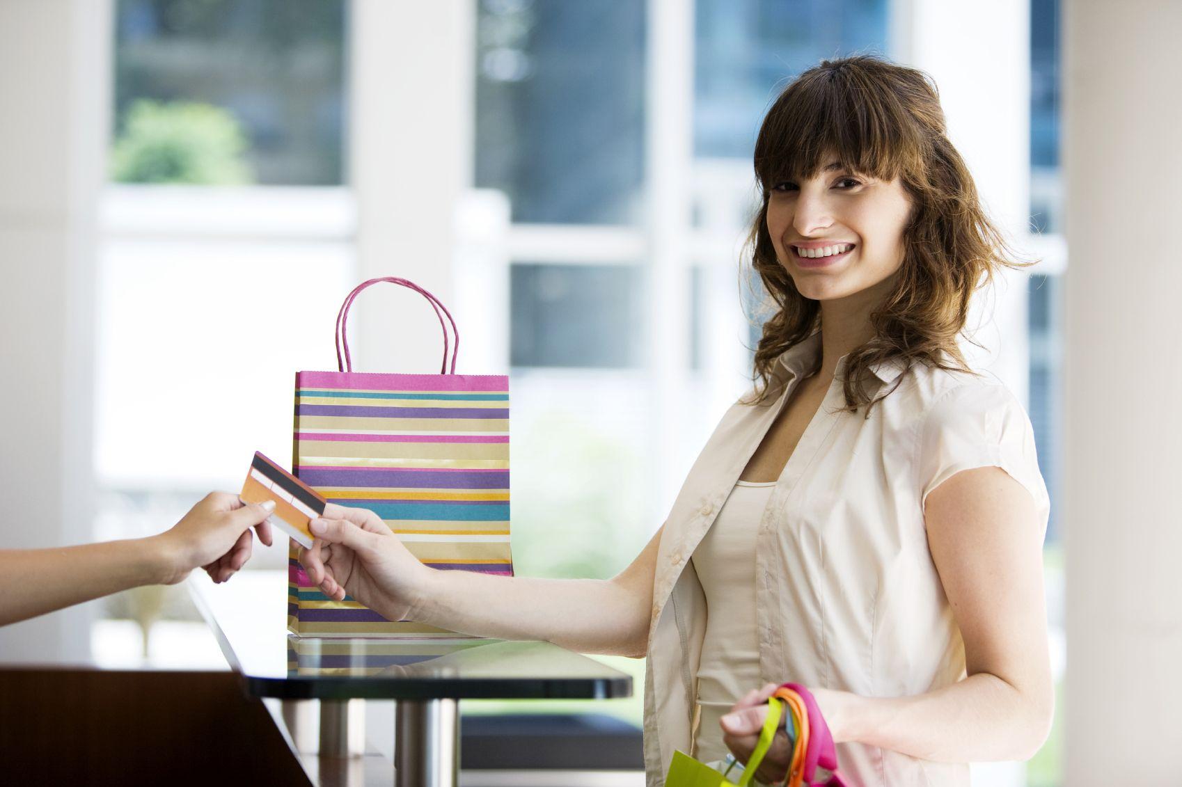 mujer comprando con tarjeta Rewards