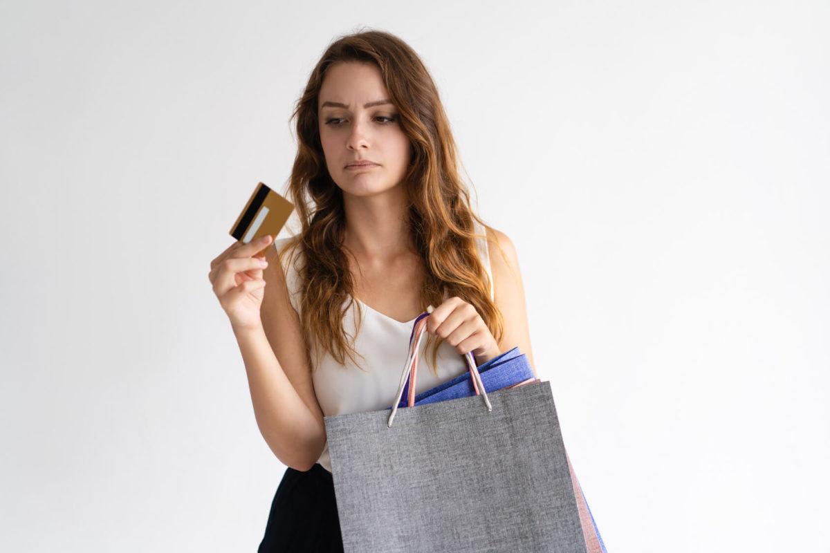 Mujer comprando con tarjetas Rewards