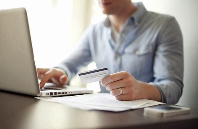 Persona usando tarjeta de debito en línea