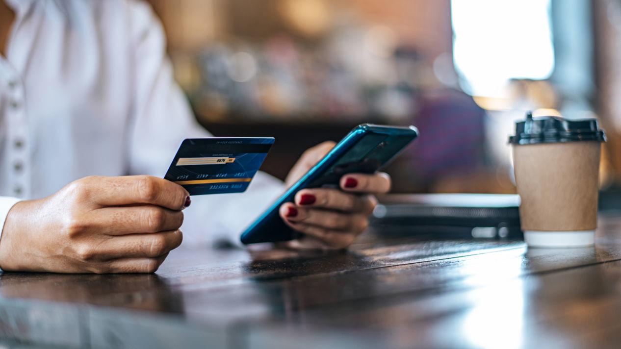 Persona usando tarjeta dé debito en línea