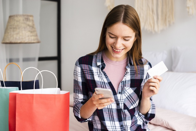 Mujer usando tarjeta de debito