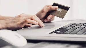 Persona solicitando tarjeta de debito en linea