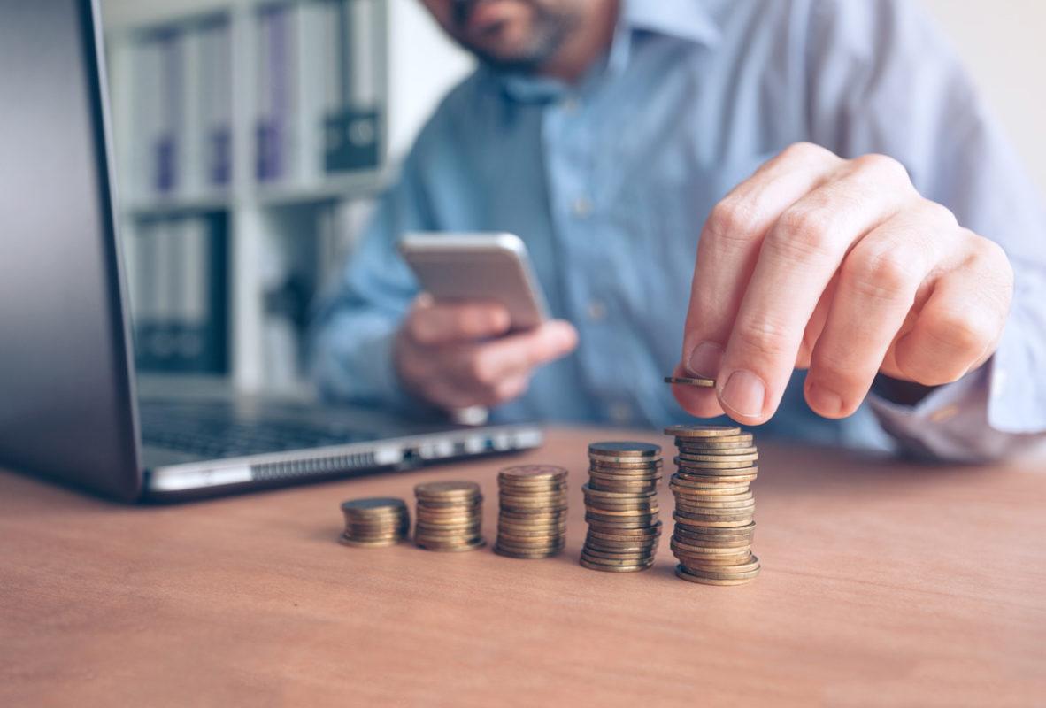 Hombre haciendo inversión en l banco