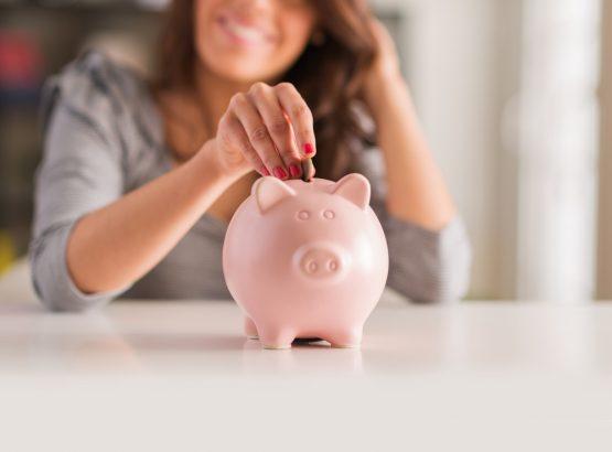 Mujer abriendo cuenta de ahorro