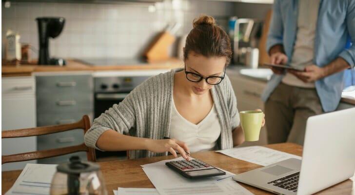 Mujer eligiendo cuenta de ahorro