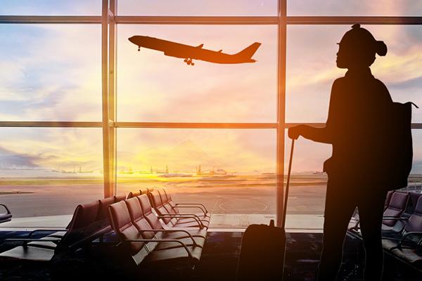 mujer esperando por su viaje