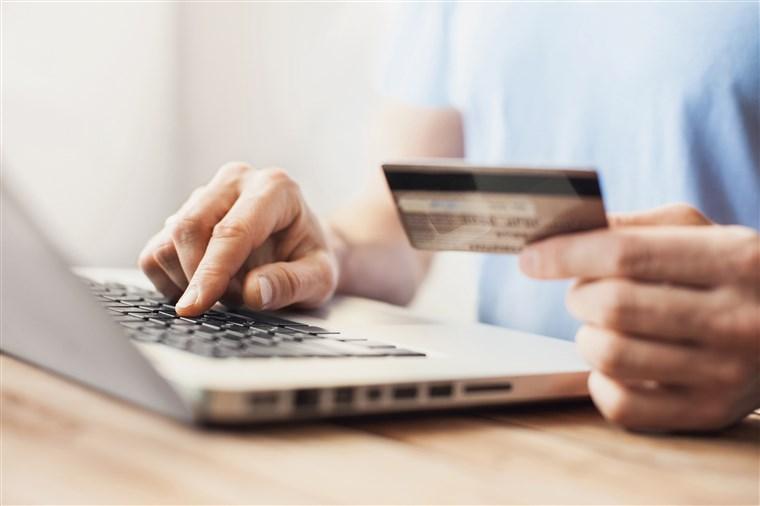 persona haciendo compras online con tarjeta