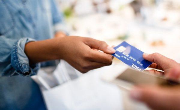 persona pagando con sus tarjetas