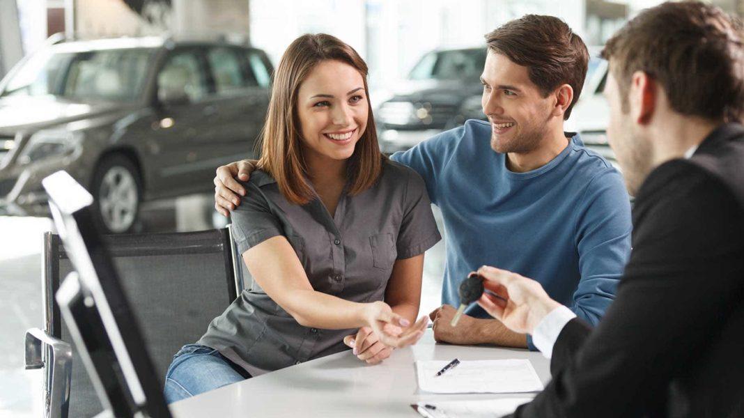 mujer comprando un coche con su tarjeta de credito