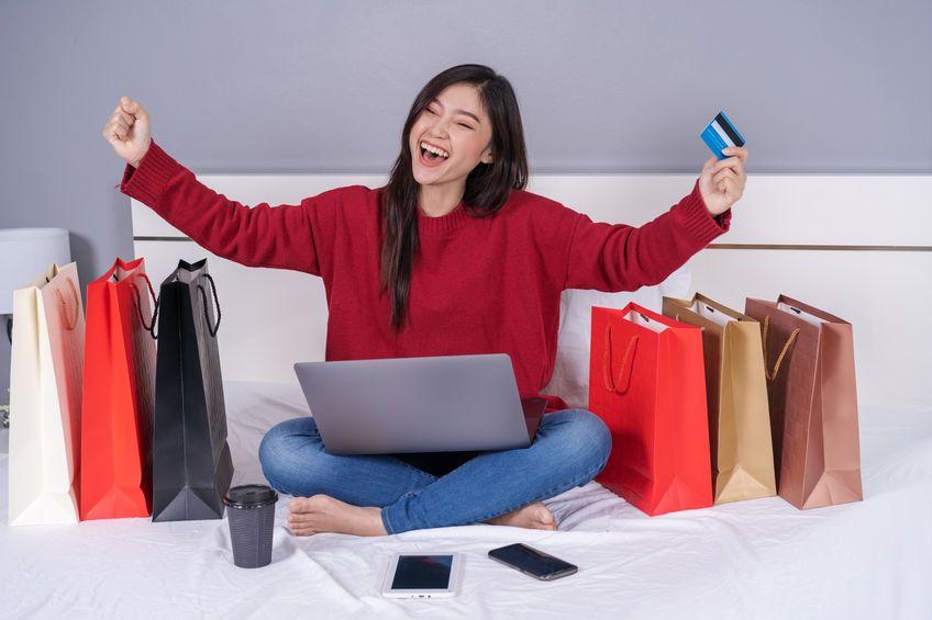 mujer feliz comprando en internet